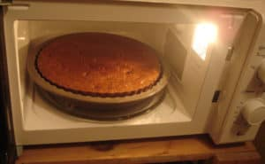 How to bake a cake in the microwave without convection